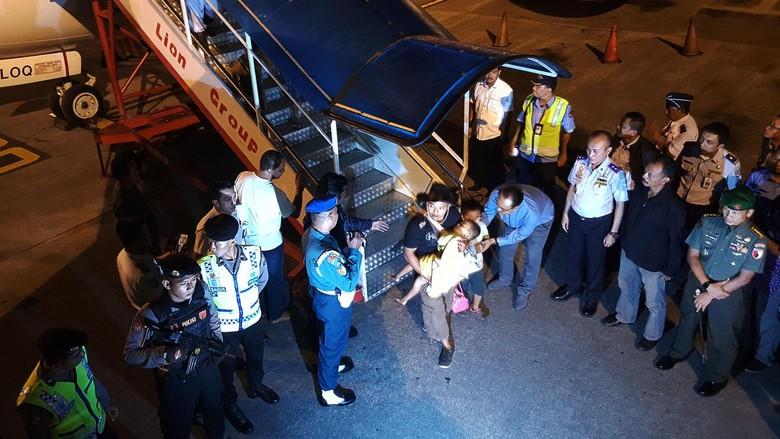 2 keluarga pengikut gafatar tiba di bandara SHIAM