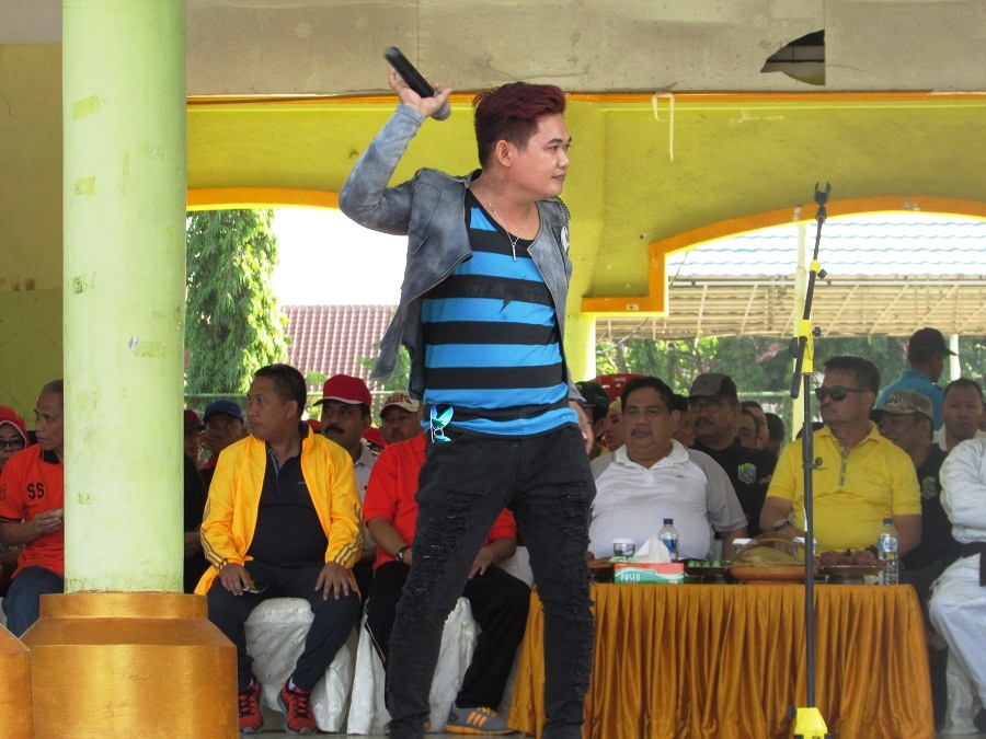 Tampil Seorang Penyanyi (Band Lokal Kabupaten Pangkep) Turut Memeriahkan HUT Pangkep Ke 56