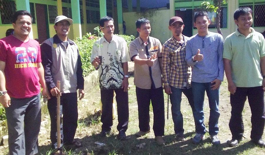 Penanaman Pohon PD-PM Kota Makassar disambut baik oleh Kepala Sekolah