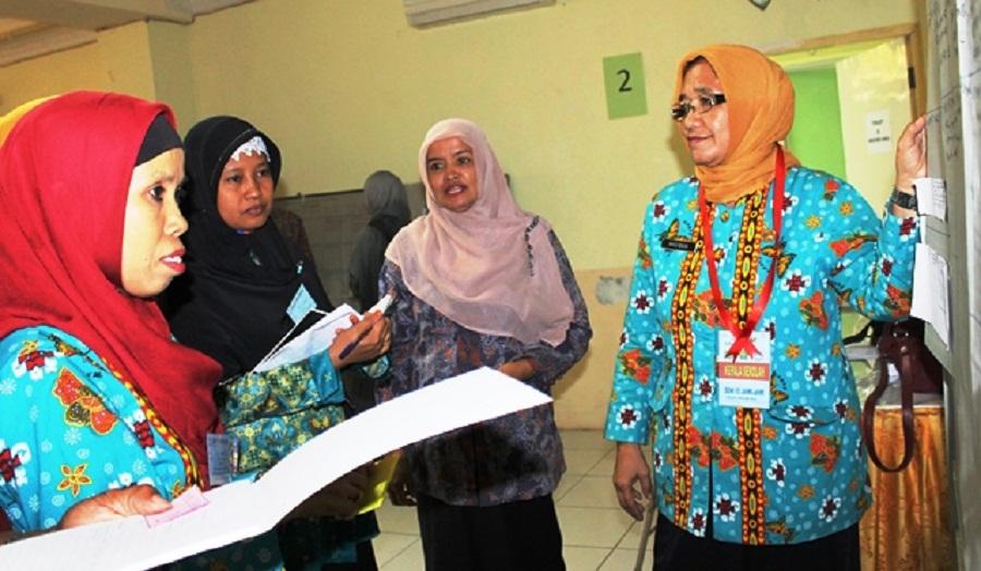 Ibu Nurcaya, Pengawas Maros sedang mengawasi pelatihan guru