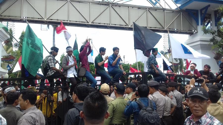 Desak Bertemu Walikota, Mahasiswa AKPER dan anggota DPRD geruduk Balaikota Tegal