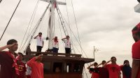 Upacara Peringatan HUT RI di Atas Kapal Pinisi Pertama di Kota Makassar