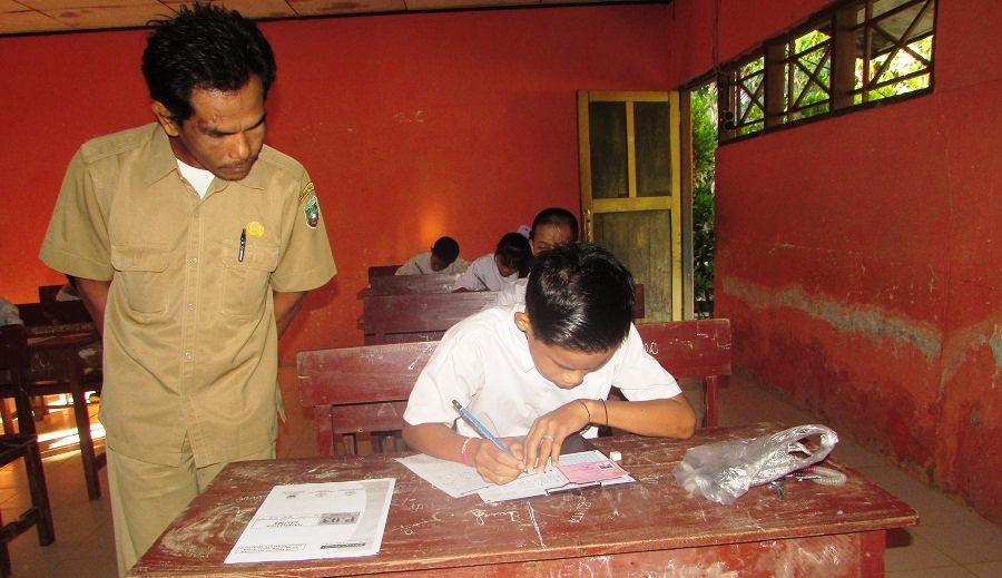 Abdul Azis Saat Mengajar di Kelas