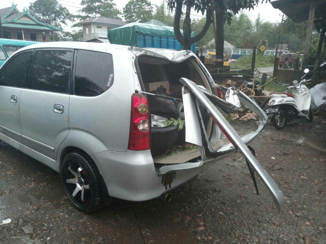 Mobil Reot Akibat Pohon Tumbang