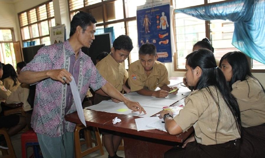 Guru di Tana Toraja sedang berlatih mengajar menggunakan metode kontekstual