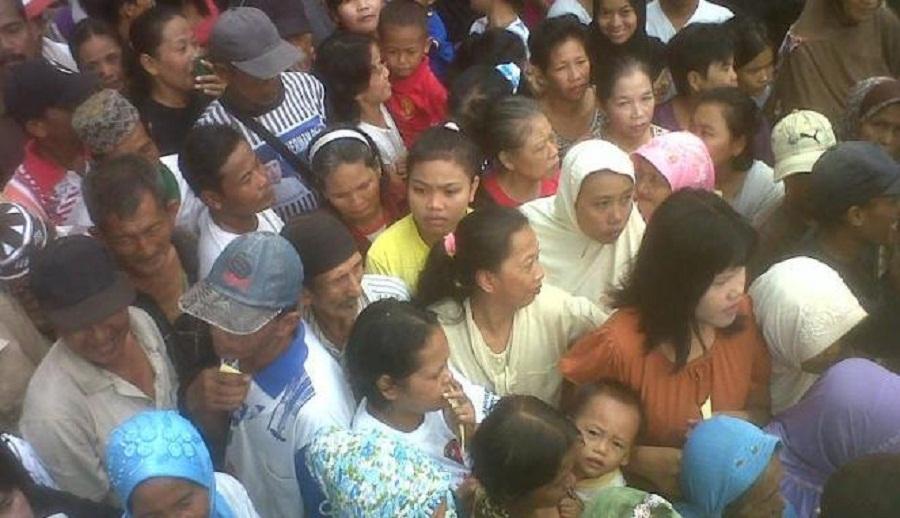 Niat Terima Sembako Ratusan Warga Serbu Rujab Bantaeng ternyata pulang dengan tangan Kosong