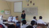 Tingkatkan Bahasa Inggris, Bule Cantik Mengajar di SMK Peristek