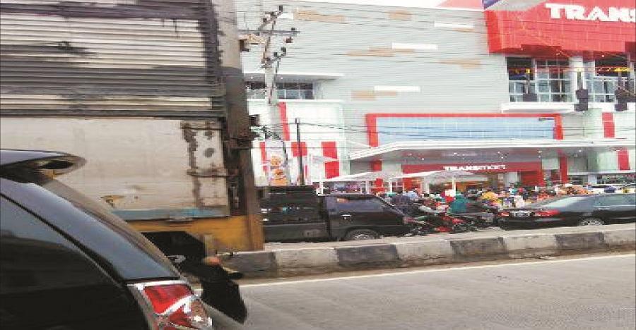 Jalan Pantura Menuju Transmart Macet Total