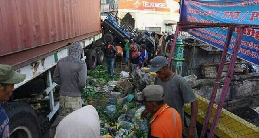 Truk Kontainer Nabrak Pasar, Satu Pedagang Tewas