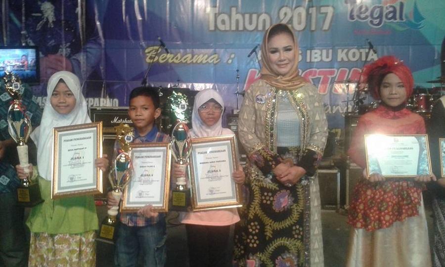 Walikota Tegal Hj. Siti Masitha Soeparno memberikan hadiah untuk para pemenang rangkaian perlombaan HUT kota Tegal ke 437