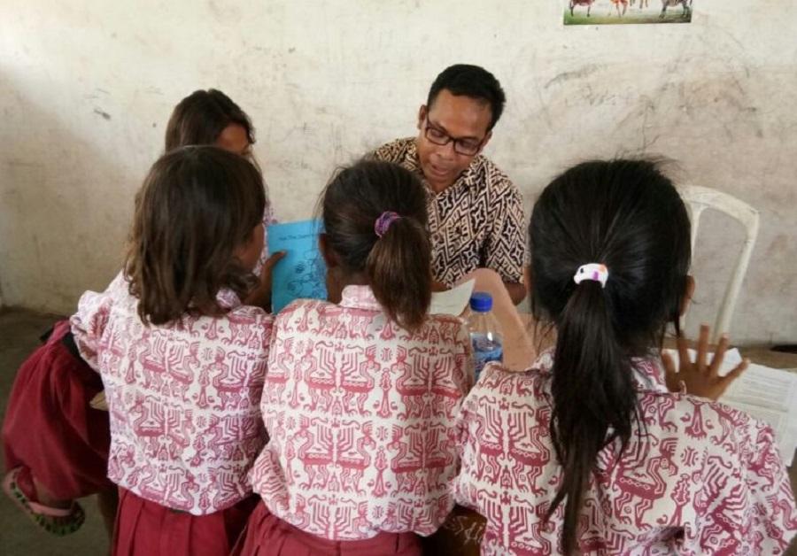 Pak Yanto, salah seorang fasilitator daerah, melakukan assesmen terhadap kemampuan siswa menghitung dan membaca