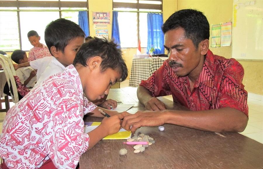 Agar Murid Pintar, Guru-Guru Ini Malah Mengajar Pakai Bahasa Daerah
