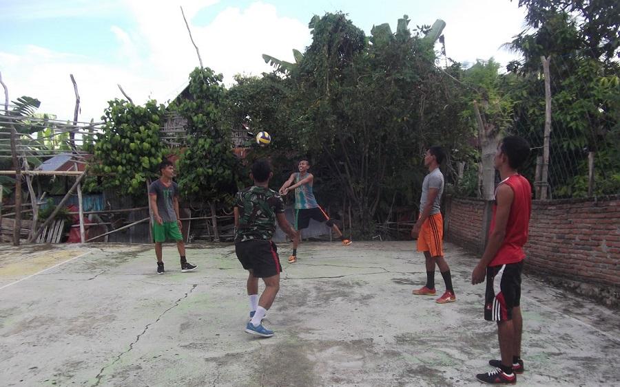 Personil TMMD 102 Selayar Pelopori Latihan Bola Volly Bersama Masyarakat