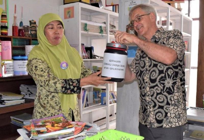 Stuart Weston, Direktur Program Pelita Pendidikan Tanoto Foundation, memasukkan infak sebagai dukungan terhadap program Koinku untuk Buku yang dijalankan oleh MTsN I Balikapapan