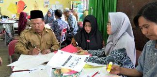Guru dan Fasda sedang berdiskusi dalam pelatihan pembelajaran aktif yang dilakukan di SDN 007 Muara Jawa, Kutai Kartanegara
