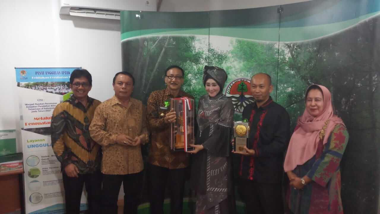 Ketua DPRD Pessel Meraih Penghargaan Green Leadership Tingkat Nasional