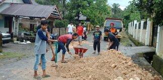 Pemuda Bonto Bulaeng Inisiatif Perbaiki Jalanan Rusak di Desanya